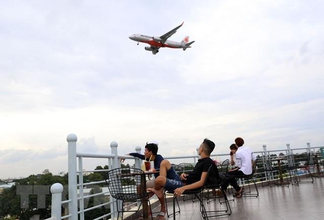 Uống càphê ngắm máy bay - thú vui độc đáo tại TP Hồ Chí Minh - 7