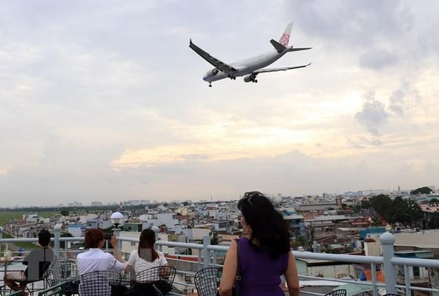Uống càphê ngắm máy bay - thú vui độc đáo tại TP Hồ Chí Minh - 8