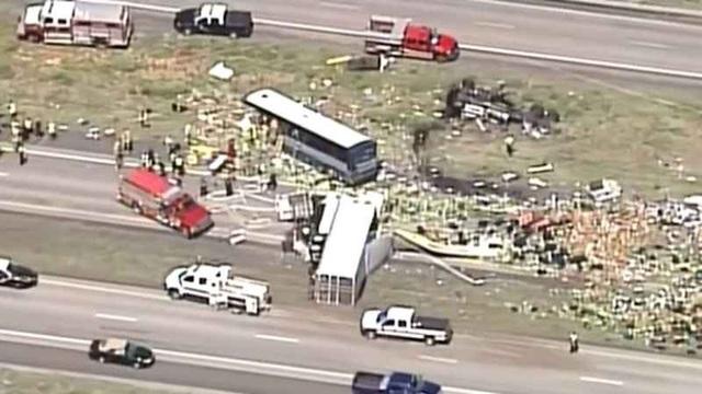 Vụ tai nạn đã khiến tuyến đường cao tốc 40 bị đóng cửa trong 8 giờ, khi các lực lượng khẩn trương làm việc tại hiện trường vụ tai nạn.