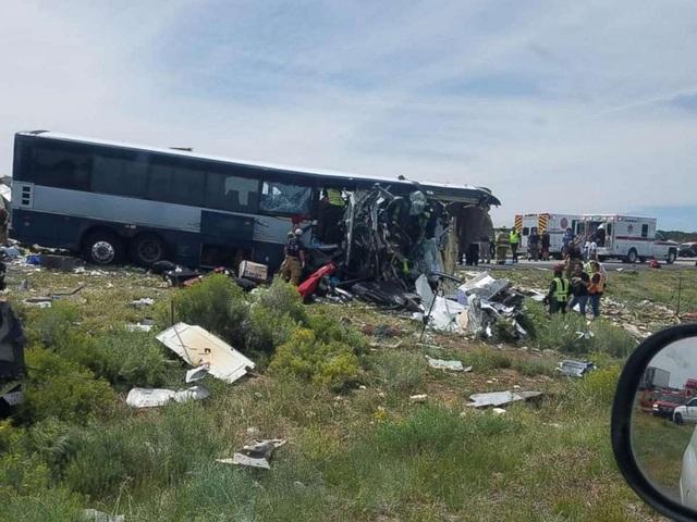 Đầu xe buýt bị đâm nát tại hiện trường.