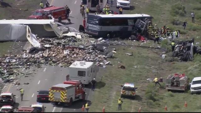 Một chiếc xe buýt chở 49 người đang trên đường tới thành phố Los Angele, bang California đã va chạm với một chiếc xe kéo.