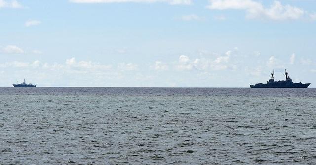 Tàu BRP Del Pilar của Hải quân Philippines -phải (Ảnh: AFP)