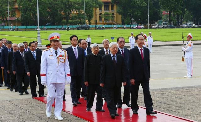 Đoàn đại biểu Đảng, Nhà nước đặt vòng hoa và vào Lăng viếng Chủ tịch Hồ Chí Minh. Ảnh: Dương Giang - TTXVN