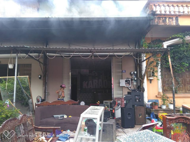 Ngọn lửa thiêu rụi 5 quán karaoke nằm sát nhau (ảnh Hữu Việt)