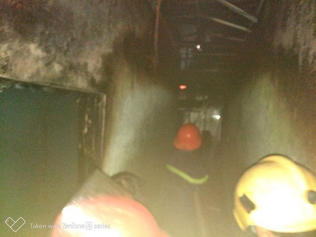 Công tác dập lửa gặp khó khăn do lối đi hẹp (ảnh CTV)