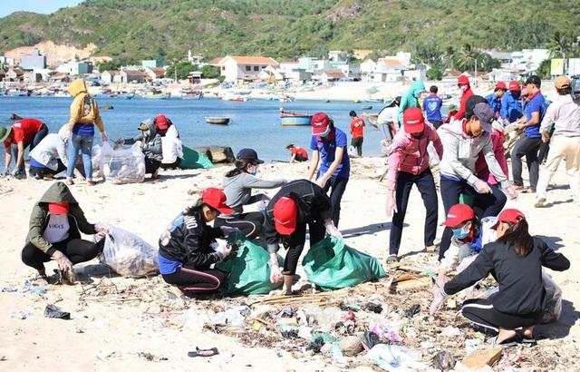 Các ĐVTN tham gia dọn rác thải bẩn ở biển du lịch Nhơn Hải (xã Nhơn Hải, TP Quy Nhơn).