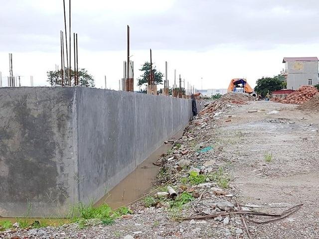 Nhiều hạng mục móng trong đại công trường đã xây dựng xong nhưng chưa được bồi nền.