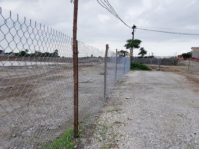 Xung quanh diện tích đất khoảng 4ha, Công ty CP Bê tông thép Ninh Bình đã cho rào chắn thép B40 kín.