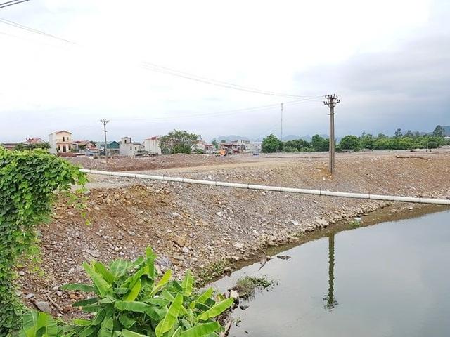 Công ty CP Bê tông thép Ninh Bình san lấp mặt bằng đất của công ty lấn cả xuống dòng sông Vân.