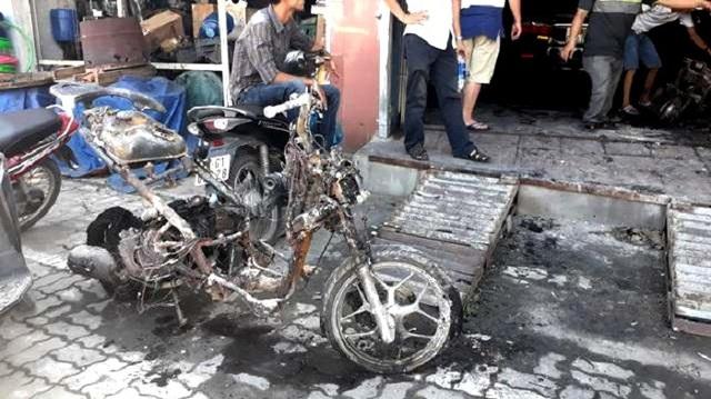 Các xe máy, xe điện bị cháy trơ khung