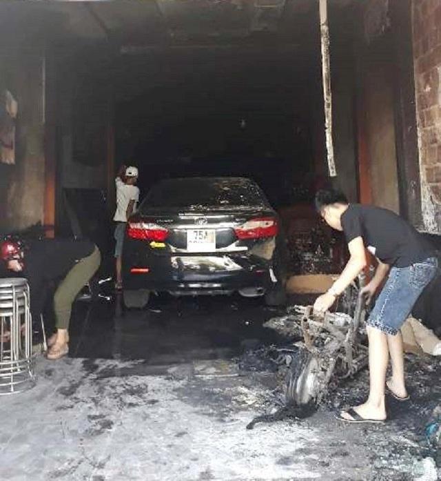 Phá cửa cuốn, cứu sống 5 người mắc kẹt trong ngôi nhà cháy - 3