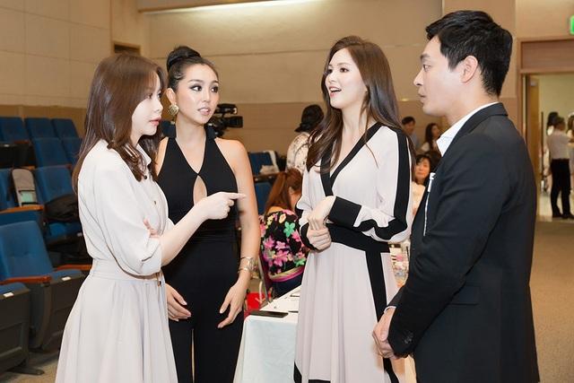 Trong buổi gặp gỡ đầu tiên, Hoa hậu Hải Dương bày tỏ sự vui vẻ, hào hứng trao đổi với Miss Universe Korea 2017 Cho Se-whee và Miss World Korea 2017 Kim Ha-eun về cuộc thi năm nay.