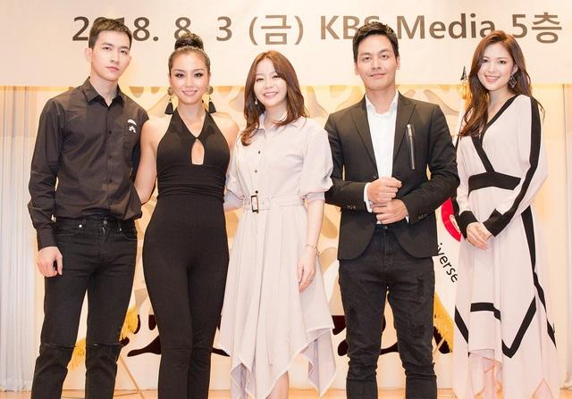 Trong buổi gặp gỡ BTC, MC Phan Anh đã cùng gặp gỡ Hoa hậu Hoàn vũ Hàn Quốc Cho Se-whee (áo đen) và Hoa hậu Thế giới Hàn Quốc Kim Ha-eun.