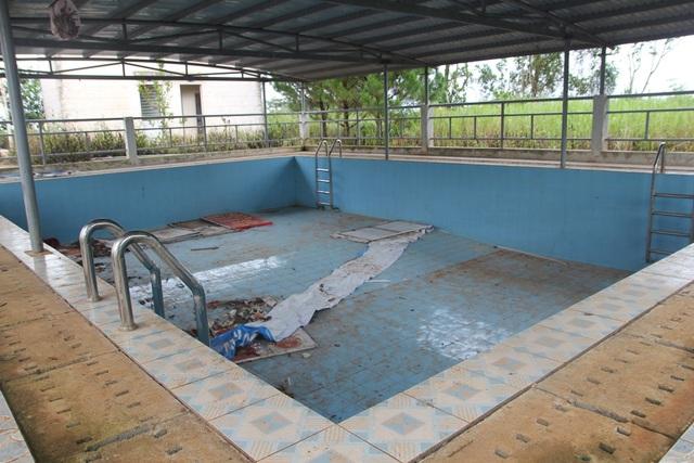 Hình ảnh hồ bơi bỏ không, thành nơi tập kết rác