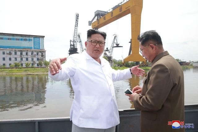 Nhà lãnh đạo Kim Jong-un thị sát một xưởng đóng tàu tại Triều Tiên (Ảnh: Reuters)