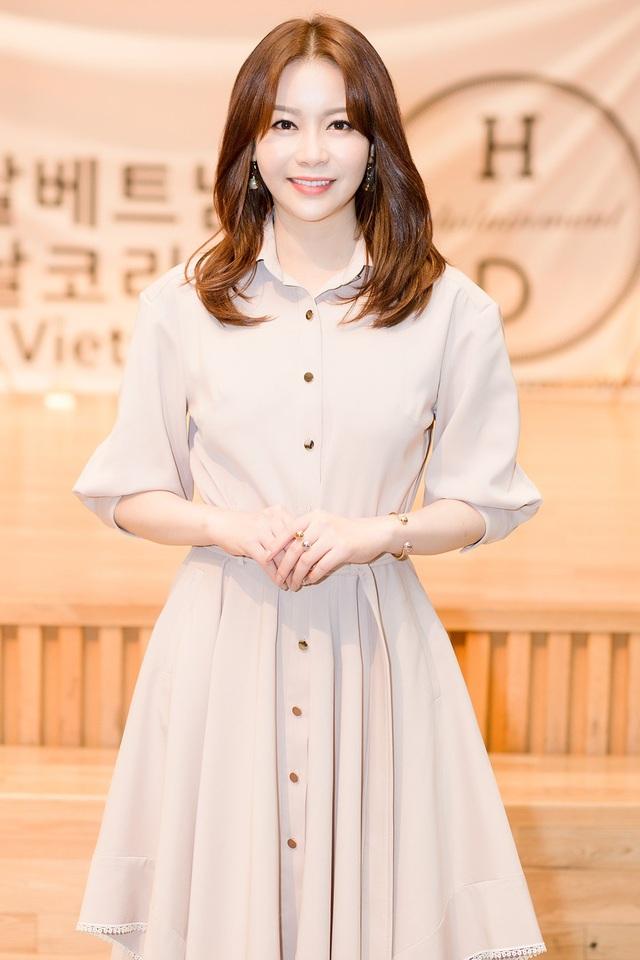 Hoa hậu Thế giới Hàn Quốc Kim Ha-eun xinh đẹp rạng rỡ xuất hiện tại sự kiện với trang phục váy kín đáo, thanh lịch.