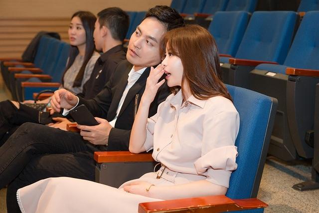 Hoa hậu Hàn Quốc ngồi bên cạnh MC Phan Anh và thân thiết trao đổi thông tin chương trình cùng nam MC.