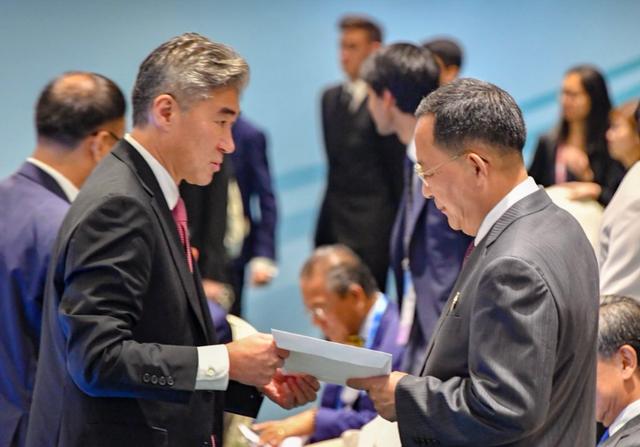 Đại sứ Sung Kim (trái) trao thư của Tổng thống Trump cho Ngoại trưởng Ri Yong-ho. (Ảnh: Mike Pompeo Twitter)