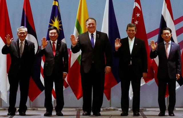 Ngoại trưởng Mỹ Mike Pompeo (giữa) dự cuộc họp ngoại trưởng ASEAN-Mỹ tại Singapore hôm 3/8/2018. (Ảnh: Reuters)