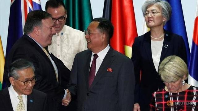 Ngoại trưởng Pompeo (trái) bắt tay Ngoại trưởng Triều Tiên tại Singapore hôm 4/8. (Ảnh: Reuters)
