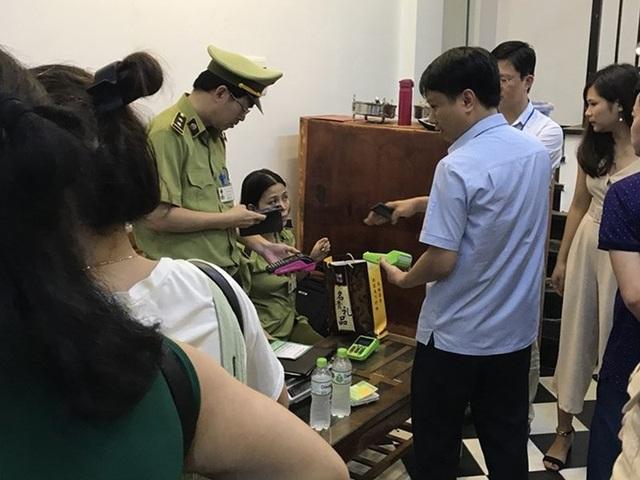 Lực lượng chức năng kiểm tra một cửa hàng sử dụng máy POS lậu tại Quảng Ninh. Ảnh: ĐH