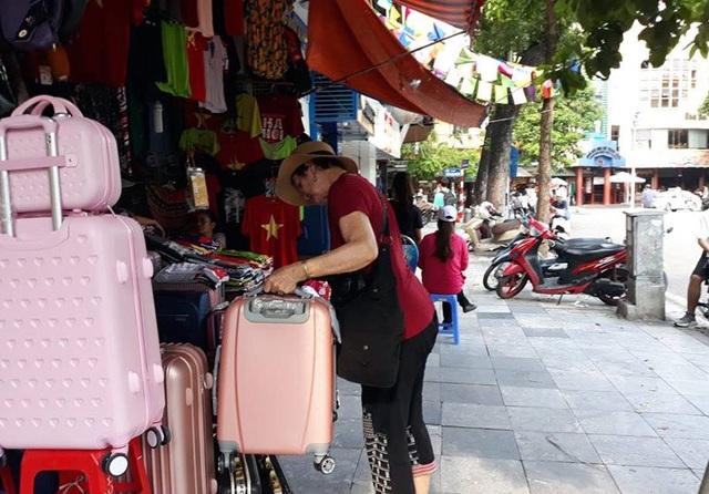Nạn chặt chém ở phố cổ đã giảm bớt nhưng nhiều khách du lịch vẫn không tự tin khi mua hàng một mình.
