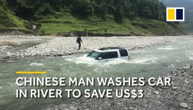 Chiếc xe sang kẹt luôn giữa lòng sông