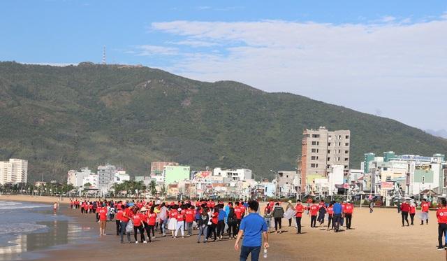 Các tình nguyện viên nhanh chóng tỏa ra làm sạch bãi biển