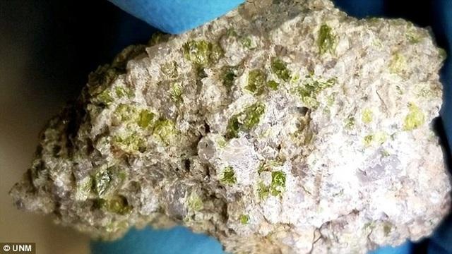 Viên đá có màu sắc sáng kết hợp với các tinh thể xanh giúp làm mát nhanh chóng và thường được tìm thấy trong đá núi lửa. Ảnh UNM.