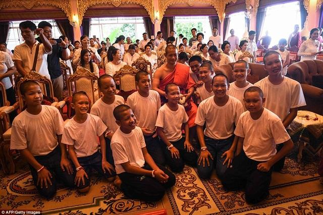 Cha mẹ và người thân của các cầu thủ nhí đều mặc áo trắng khi tới dự lễ tại chùa. Hình ảnh do truyền thông công bố cho thấy tinh thần của các cầu thủ vẫn ổn định và thoải mái sau thời gian tu tập tại chùa. (Ảnh: AFP)