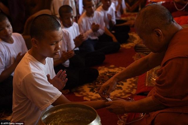 Trong thời gian tu tập, các cầu thủ đã dành thời gian thiền, cầu nguyện và dọn dẹp nhà chùa. (Ảnh: AFP)