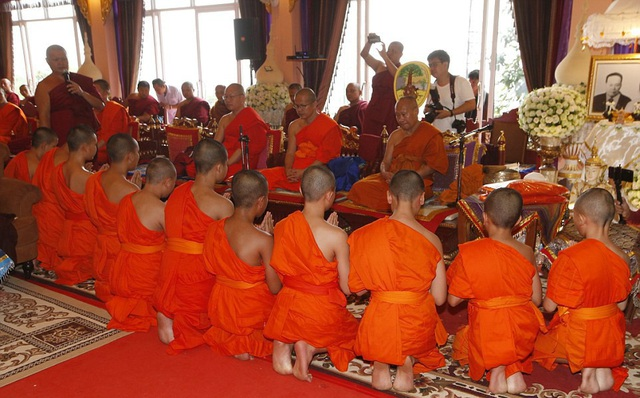 Khoảng 300 người hôm nay đã có mặt tại chùa Wat Phra That Doi Tung tại huyện Mae Sai, tỉnh Chiang Rai để chứng kiến lễ hoàn tục của 11 cầu thủ của đội bóng nhí Lợn Rừng. (Ảnh: AFP)