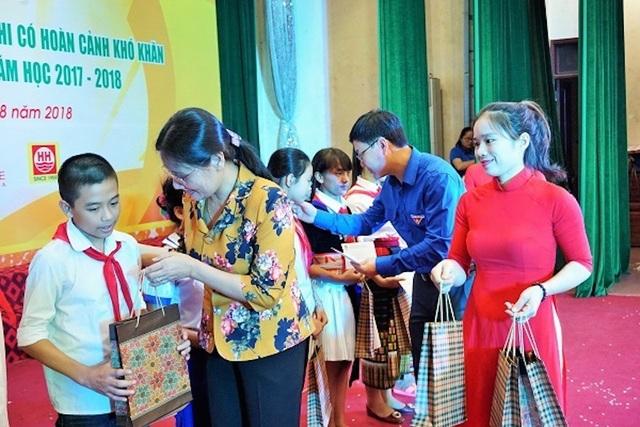 Dịp này, Ban Thường vụ Tỉnh đoàn, Hội đồng Đội tỉnh Nghệ An đã trao 200 suất quà với tổng giá trị trên 100 triệu đồng.