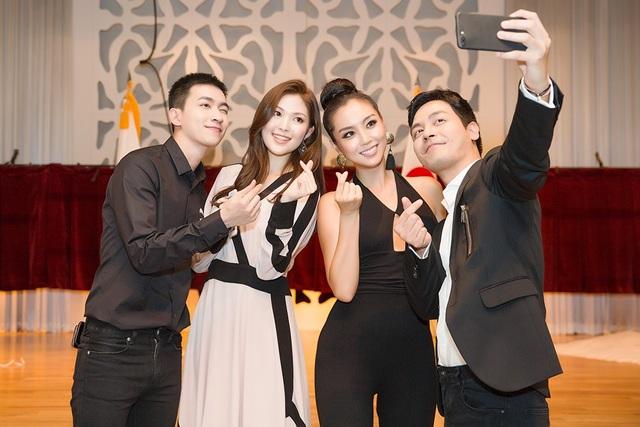 MC Phan Anh và mọi người cùng vui vẻ chụp ảnh selfie cùng nhau.