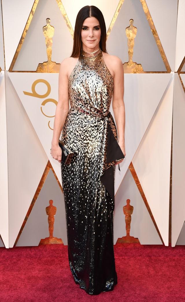 Nữ diễn viên người Mỹ Sandra Bullock nhận nuôi cậu con trai Louis năm 2010 trong vai trò mẹ đơn thân, khi đó cô 45 tuổi. Năm 2015, hai mẹ con cô chào đón thêm người con gái nuôi Laila.