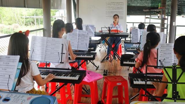 Các em nhỏ say sưa học nhạc