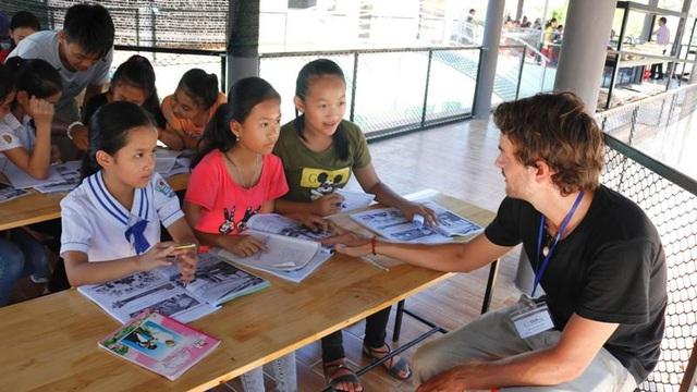 Thậm chí có cả những giáo viên nước ngoài cũng tới trung tâm để dạy cho các em nhỏ