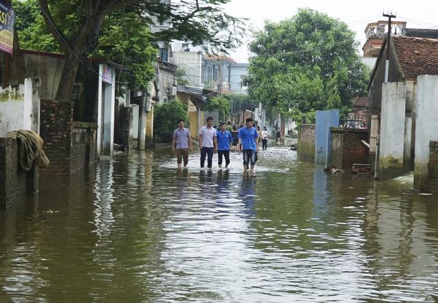 Ghi nhận của PV vào ngày 5/8, lượng nước tại thôn Cấn Hạ và thôn Đĩnh Tú (xã Cấn Hữu) đã rút gần hết, người dân bắt đầu dọn dẹp, vệ sinh nhà cửa.