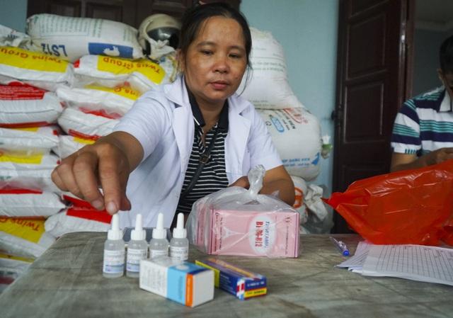 """Trong đợt ngập lụt, mỗi ngày có khoảng 20 trường hợp ra """"trạm y tế di động"""" tại thôn Nhân Lý khám bệnh và được các bác sỹ cấp thuốc miễn phí. Các loại thuốc chủ yếu là: thuốc đau mắt, nước ăn chân…"""