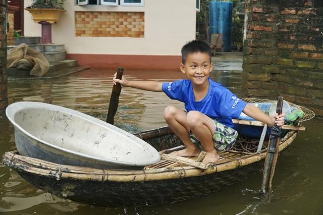 Hà Nội: Nước rút, trẻ em người già lở loét da sau nửa tháng ngâm trong nước - 11