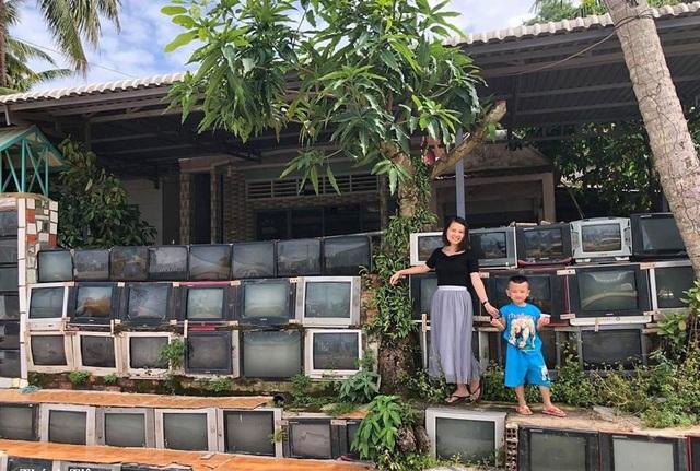 Ngôi nhà có hàng rào xếp từ tivi khiến dân mạng thích thú - 1