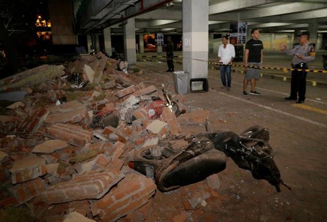 Khung cảnh đổ nát bên ngoài một trung tâm mua sắm ở Bali sau trận động đất ở đảo lân cận Lombak. (Ảnh: Reuters)