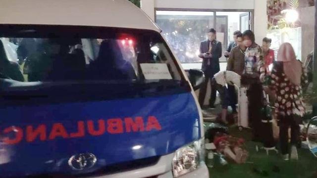 Một xe cứu thương có mặt trước một khách sạn trên đảo Lombak sau trận động đất. (Ảnh: Reuters)