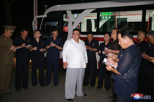 Ông Kim Jong-un thị sát nhà máy sản xuất xe điện vào buổi tối. (Ảnh: KCNA)
