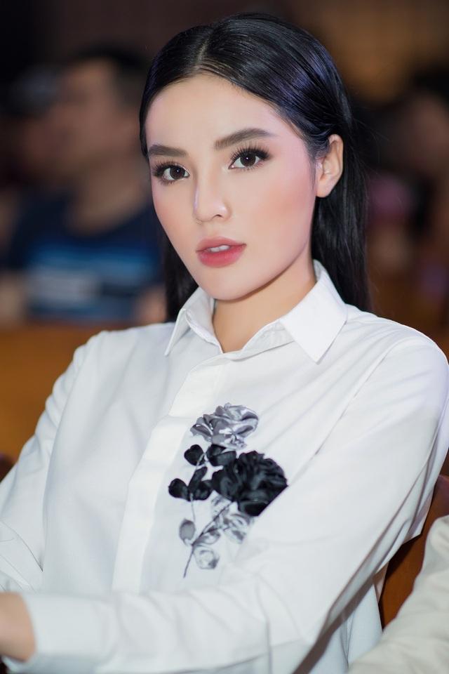 Hoa hậu Việt Nam 2014 diện trang phục thanh lịch nhưng vẫn trở thành tâm điểm khi xuất hiện tại trường Đại học Y Dược TP.HCM.