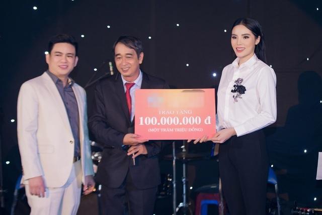 Kỳ Duyên cùng bác sĩ Chiêm Quốc Thái là khách mời. Cặp đôi đã trao tặng 100 triệu đồng để hỗ trợ, tiếp sức cho các sinh viên có hoàn cảnh khó khăn đang theo học tại trường.
