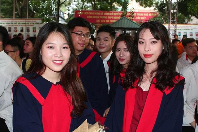 Các bạn học sinh lớp 12 tươi tắn trong buổi lễ nhận bằng tốt nghiệp
