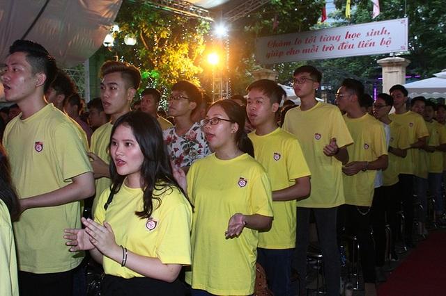 Bài hát truyền thống của học sinh trường Nguyễn Bỉnh Khiêm vang vọng trong buổi lễ tốt nghiệp
