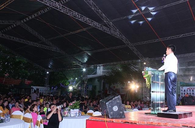 Tối 4/8, buổi lễ tốt nghiệp của học sinh THCS và THPT Nguyễn Bỉnh Khiêm - Cầu Giấy (Hà Nội) đã diễn ra với sự góp mặt của tập thể các lớp khối 12, giáo viên, ban giám hiệu nhà trường và phụ huynh.