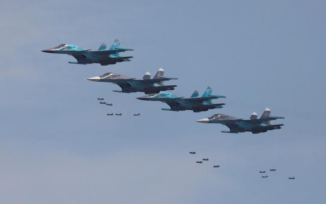 Hơn 10.000 khán giả ngày 4/8 đã được tận mắt chứng kiến những trận chiến mô phỏng trên không do các máy bay chiến đấu hàng đầu của Nga thực hiện, trong đó có Su-35S và MiG-29. Trong ảnh: Máy bay ném bom Sukhoi Su-34 thực hiện kỹ thuật thả bom tại thao trường Dubrovichi ngoại ô Ryazan, Nga.
